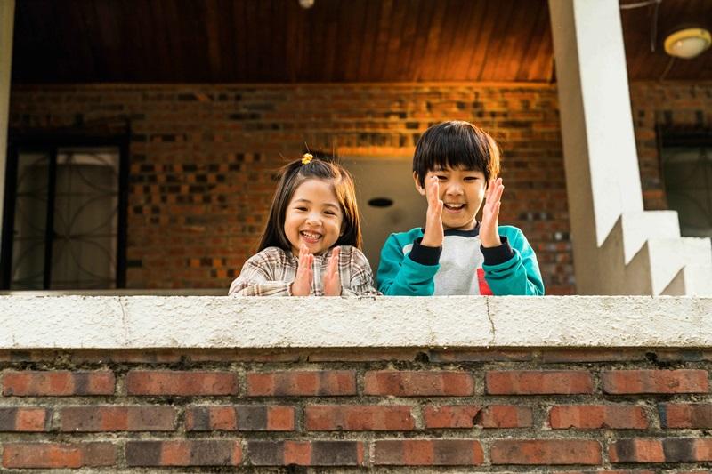 扮演馬東石外甥及外甥女的崔勝勳(右)及玉藝琳(左) 兩位可愛小童星也是話題焦點