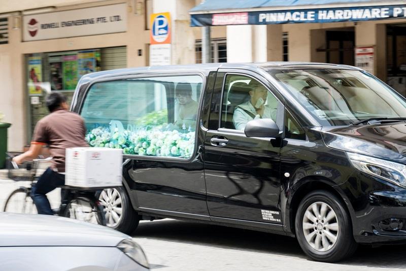 安心亞在靈車上緊急換上性感婚紗