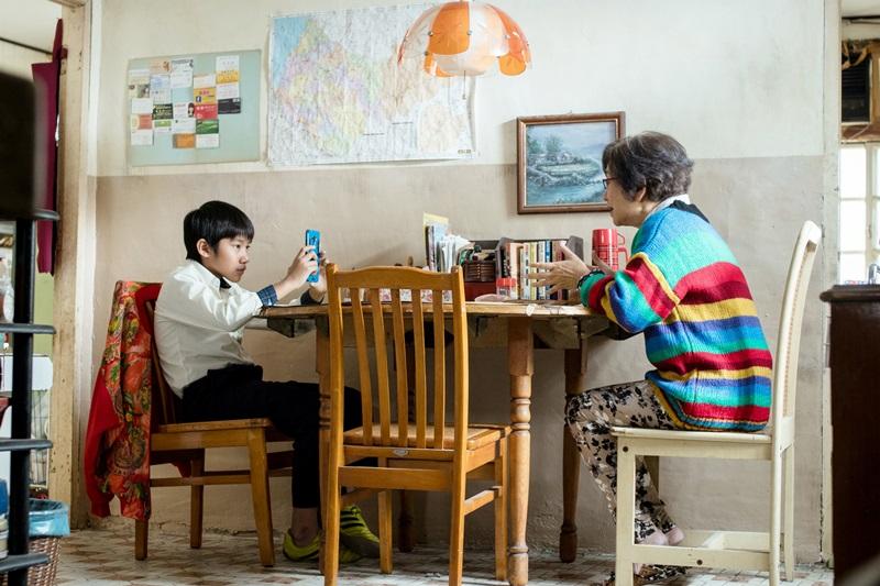 片中小男孩生生與莉莉奶奶 一起做了許多有趣、瘋狂的事情 再次感受到有如家人關懷般的溫暖