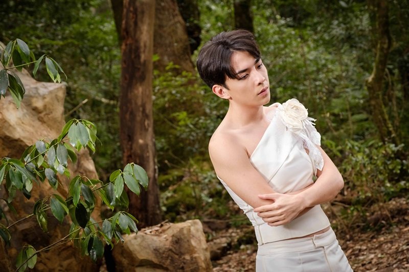 何林駿飾演滿懷心事的表演藝術家