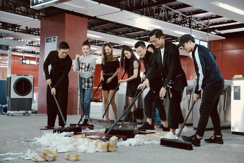《掃毒2》劇組在新打造的地鐵站場景 把地上毒品垃圾清除 象徵掃毒行動正式開啟2