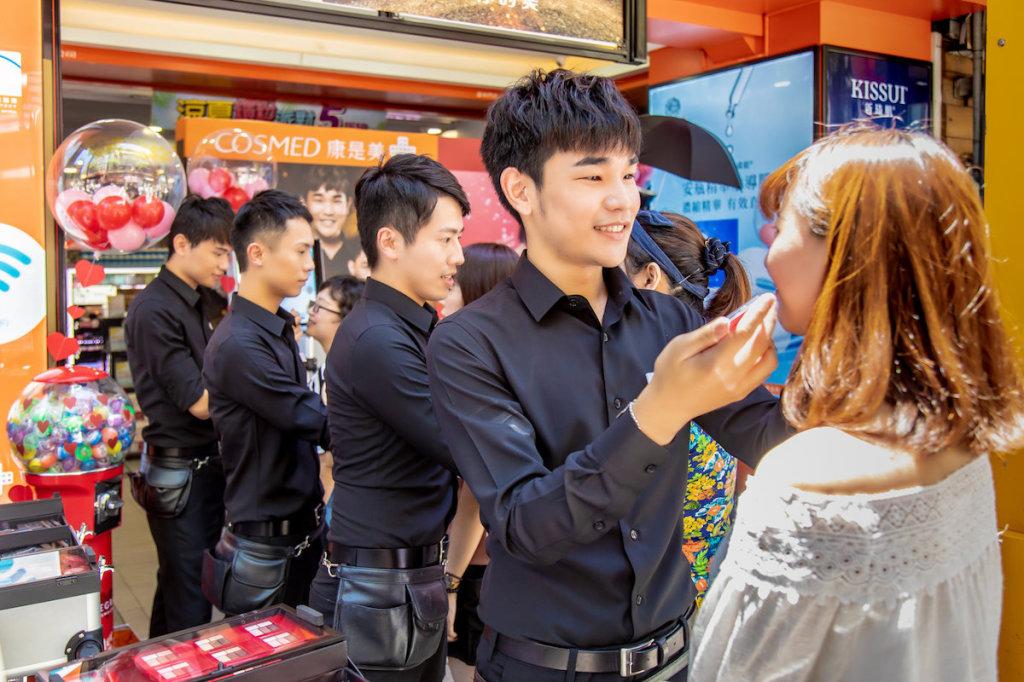 康是美彩妝師天團「SHINE」將在活動現場免費替消費者服務試妝