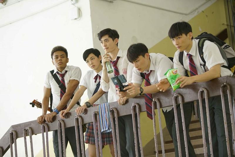 青春星二代雙胞胎湯君慈(右)、湯君耀(右二) 被甄子丹簽下力捧 找來演出問題學生