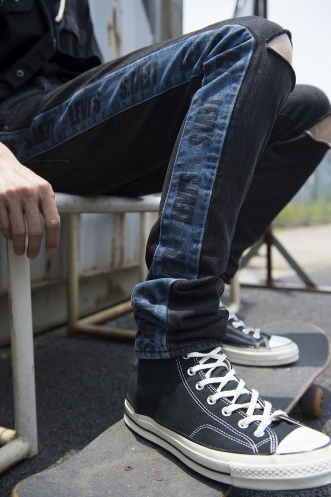 「LO-BALL STACK潮流窄腳」強化腿部線條,上寬下更窄的極致Taper褲型,34吋內長將褲管恰到好處維持在鞋口微堆積的長度,最適合窄身潮.._