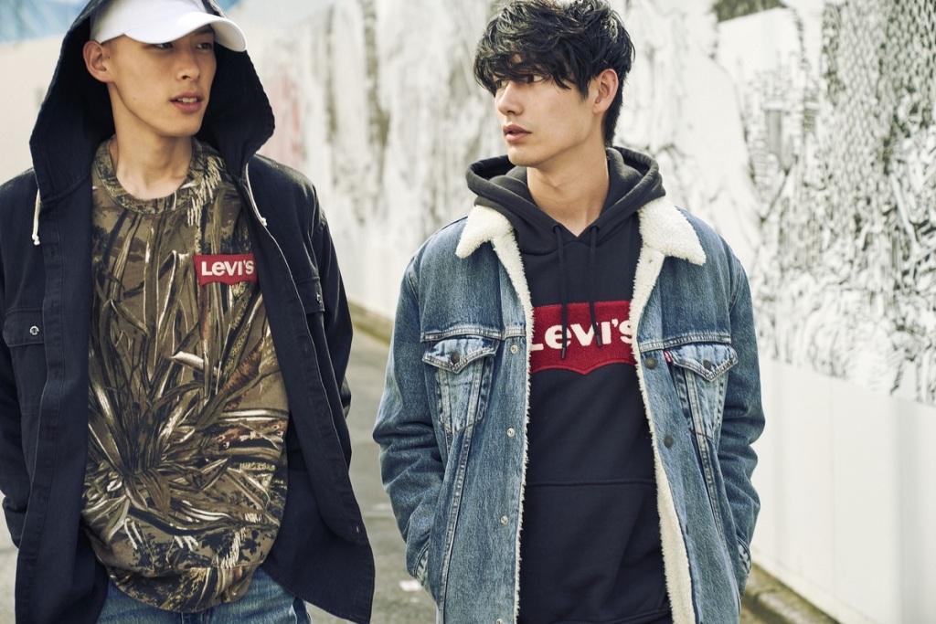 品牌經典Sweatshirt版型重製,比傳統衛衣更為鬆身,Oversize落肩線條,無論是個性黑縫上胸前特大LOGO Patch連帽衛衣、或迷彩.._