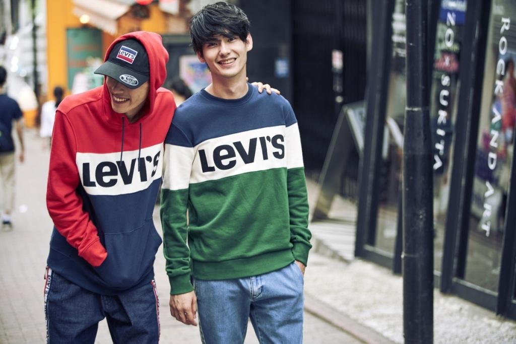 LEVI'S Sportswear系列主張原汁原味再現80's美式精神,以藍、紅、白3色復刻經典,挑選基本款單色Sportswear連帽衛衣、或.._