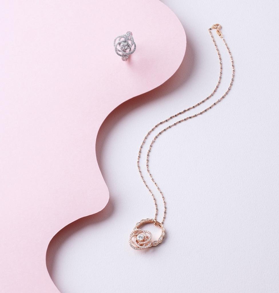 Peonia Diamond瑰麗花語鑽戒以簡約線條勾勒出唯美牡丹輪廓,兩用戒台結構可轉作吊墜佩戴,讓佩戴者隨時隨地閃耀華麗光輝。(圖片來源-儂儂雜誌)
