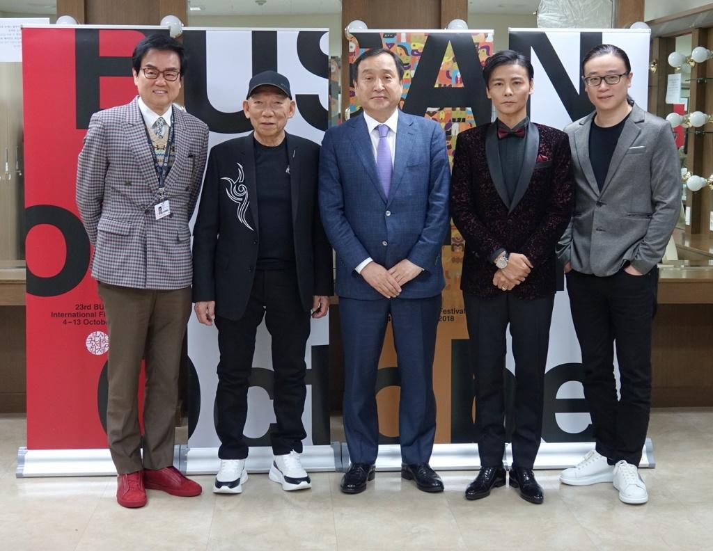 監製黃百鳴(右起)、導演袁和平、釜山影展代表、男主角張晉、編劇黃子桓合影