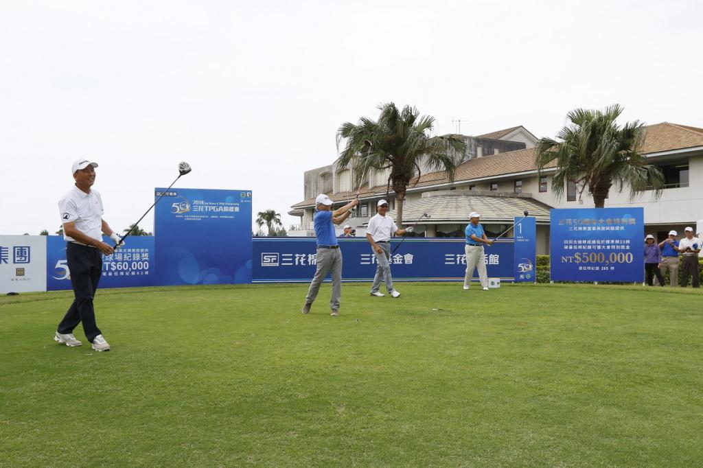 開球儀式(左起)TPGA前理事長陳志忠、三花棉業董事長施純鎰、TPGA理事長謝錦昇、東華高爾夫俱樂部總經理張歐誠