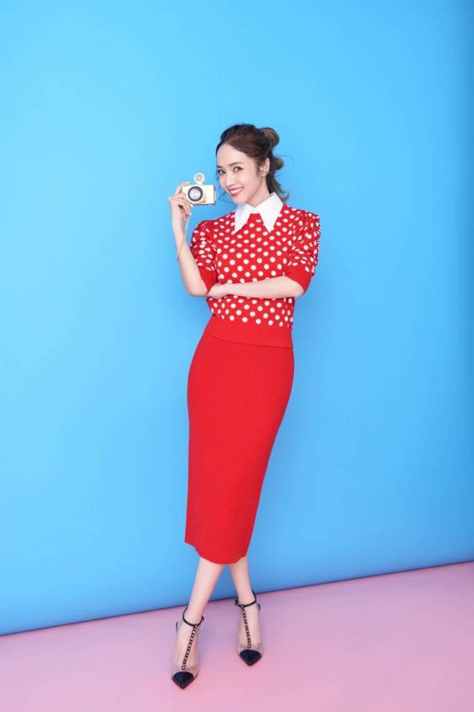 侯佩岑穿Michael Kors Collection 紅色點點針織裙裝入鏡  俏麗摩登 (1)