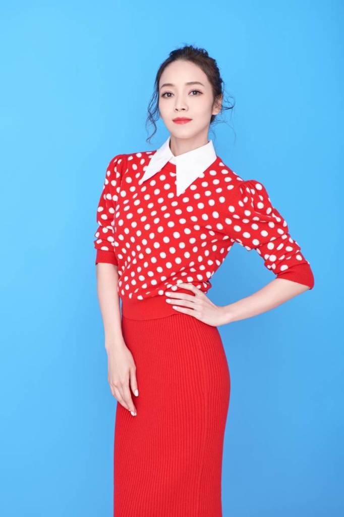 侯佩岑穿Michael Kors Collection 紅色點點針織裙裝入鏡  俏麗摩登 (2)