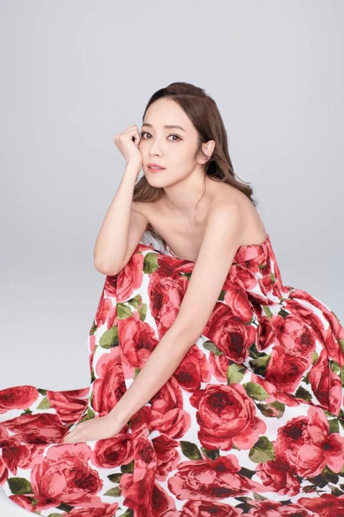 侯佩岑著Michael Kors Collection玫瑰印花禮服拍攝宣傳照  優雅浪漫 (2)