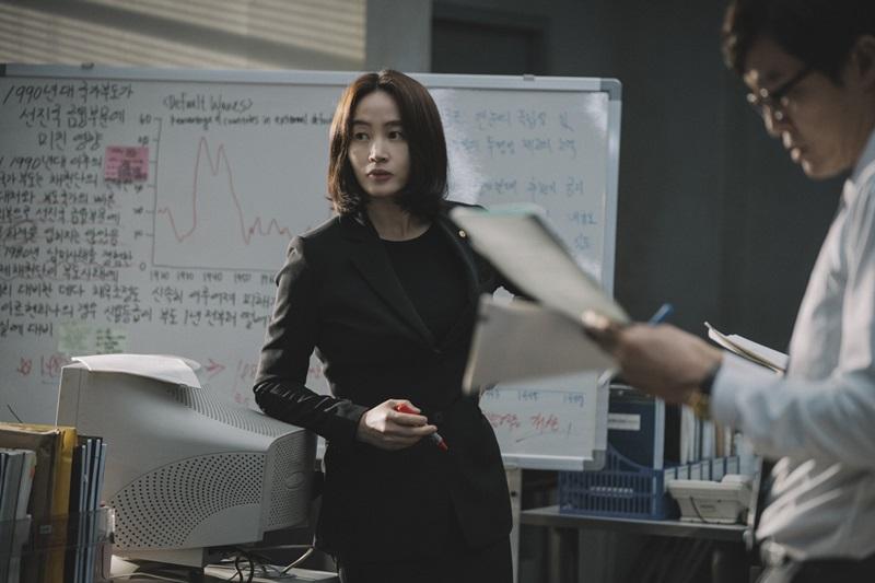 影后金憓秀在《分秒幣爭》中 飾演力挽狂瀾的政府官員