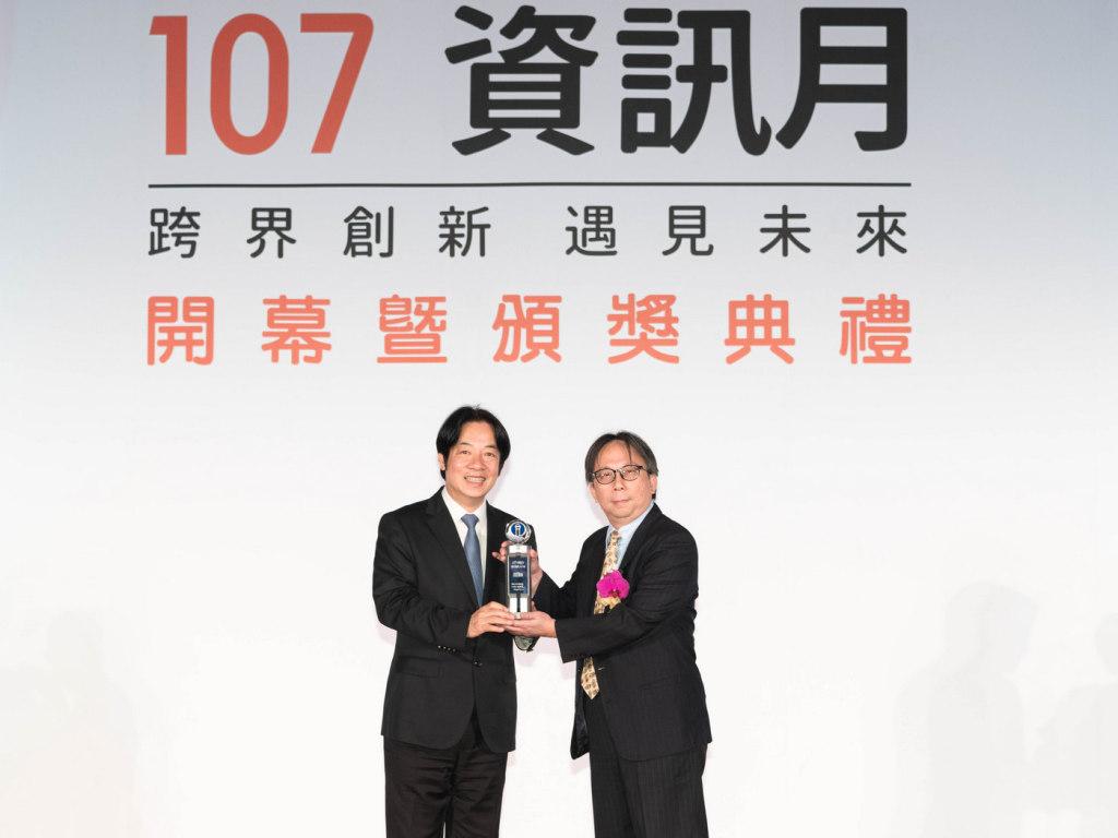 華碩網路及無線設備事業處協理鄧天隆(右)獲頒107年資訊月傑出資訊人才獎。