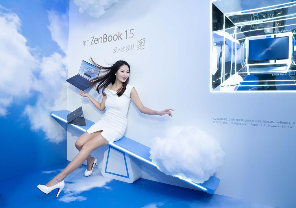 全新ASUS ZenBook 15,採用四面NanoEdge窄邊框顯示螢幕,屏佔比高達92%,使用者不僅可坐享幾近無邊的視覺饗宴,還能擁有隨攜隨行的極致行動力。