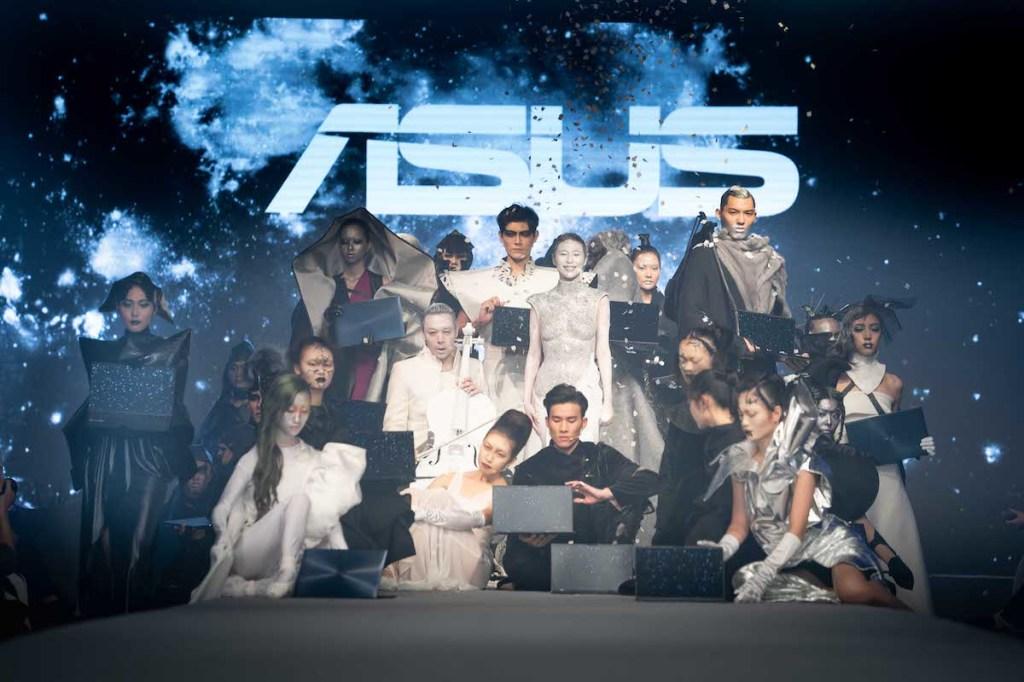 在這場別開生面的聯名時裝秀中,Alex陳科維呼應ASUS ZenBook系列產品精神,以「美 ‧ 力傳承」為主題,並運用其所擅長的異材質混搭風,結合「未來」、「科幻」等前衛元素,展現層次豐富的多元造型。