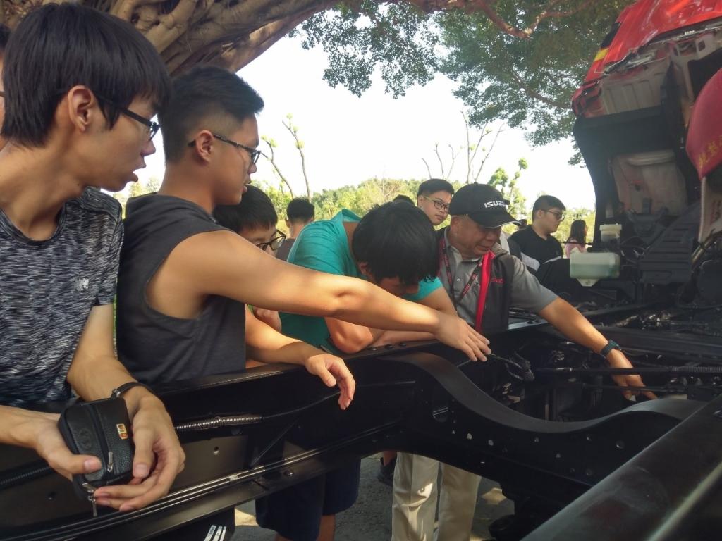 ISUZU台北合眾汽車顧問為學生進行解說_181106_0004 (1280x960)