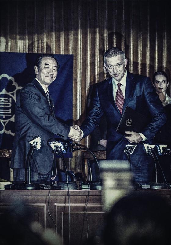 文森卡索飾演IMF總裁簽約時刻