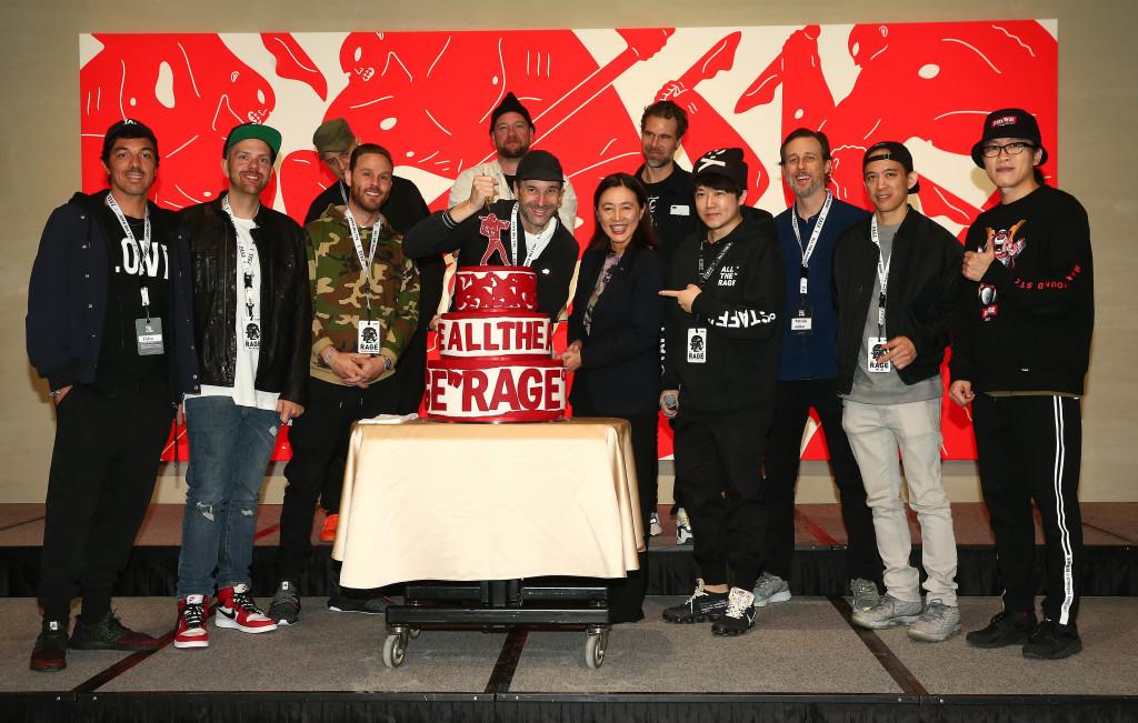 照片以左至右:Fidia、Matt、WK、Charlie、DFACE、Cleon、台北文華東方酒店副總經理 蔡鍈華、策展人Kea、Faile(雙人組)、Pat Lee、不二良