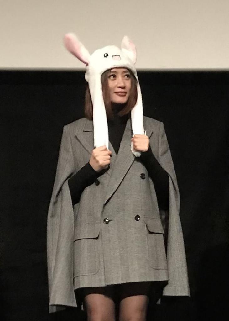 金憓秀戴上兔耳朵出現在戲院
