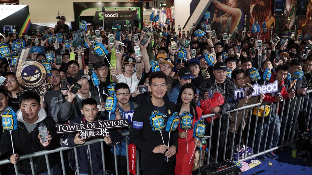 圖說:陳妍希與Terry到台下和參加電玩展的玩家們大合影