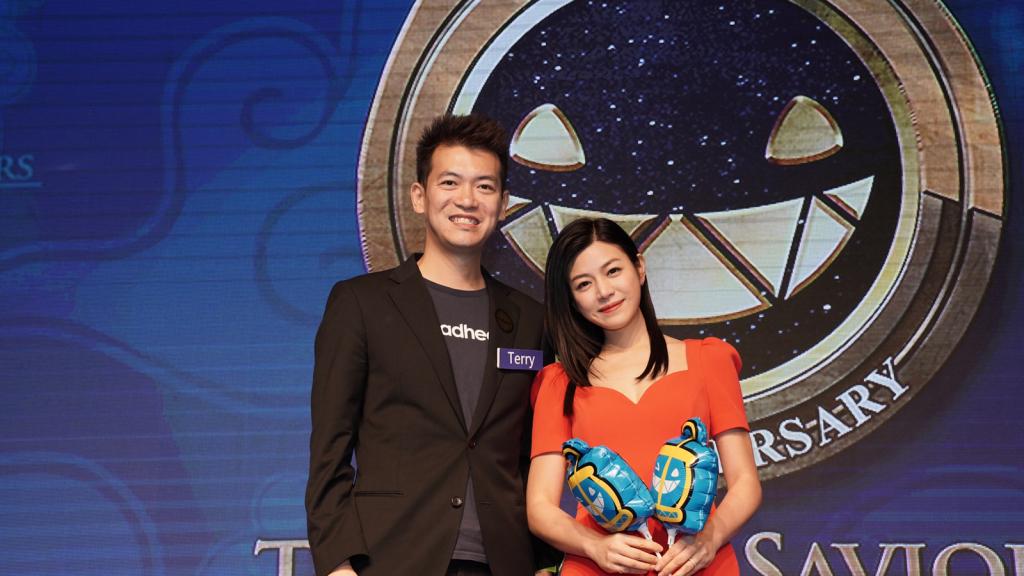 圖說:madhead 執行長曾建中Terry和遊戲代言人陳妍希小姐