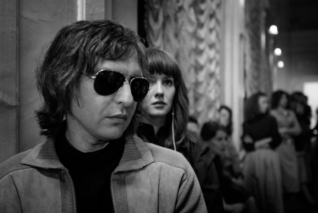 0111鏡象電影【夏】新聞稿劇照_蘇聯搖滾教父維克多崔伯樂麥克及他的妻子娜塔莎