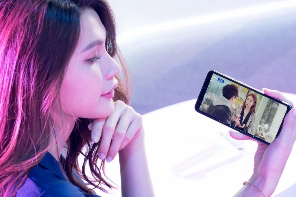 全新ASUS ZenFone Max Pro (M2),內建6.3吋FHD+ (2280 x 1080)全螢幕,無論追劇、遊戲,都能享有清晰生動的逼真影像。