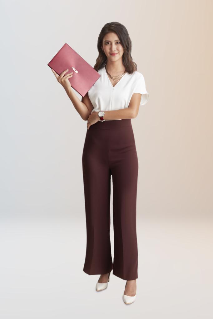 知名職人卓君澤對ZenBook的輕薄設計感到驚豔,並認為勃艮第紅新色很有質感、使用起來讓人充滿自信。