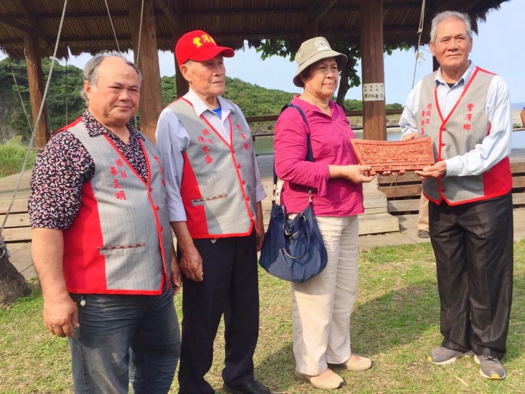 帛琉大使歐克麗女士與花蓮靜浦部落總頭目黃新喜,交換具代表性迎賓禮。
