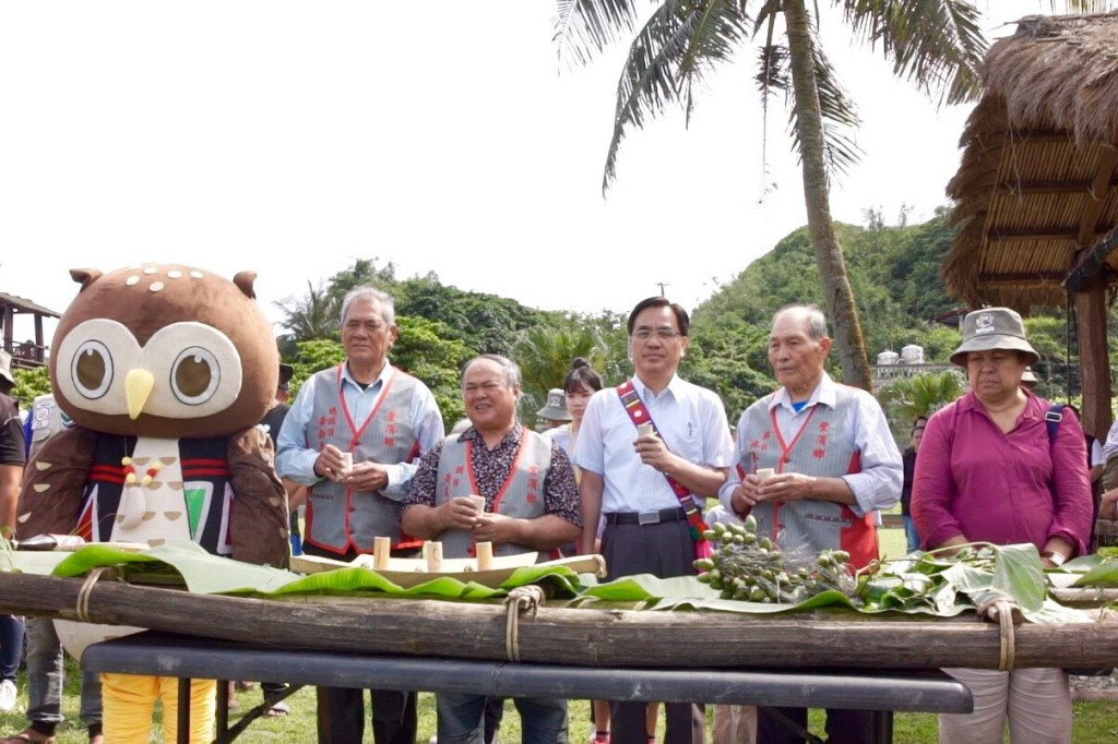 靜浦部落總頭目黃新喜為夷將·拔路兒主委、帛琉大使歐克麗及參與民眾進行祈福儀式