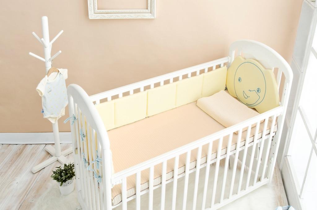 可水洗有機棉嬰兒床墊,原價19,800元,特價13,888元,加贈「有機棉嬰兒枕」及「短袖包屁衣」。(每櫃限量10組)