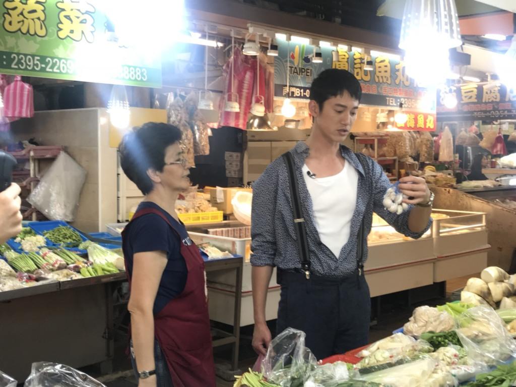 吳慷仁為戲宣傳到南門市場買菜02