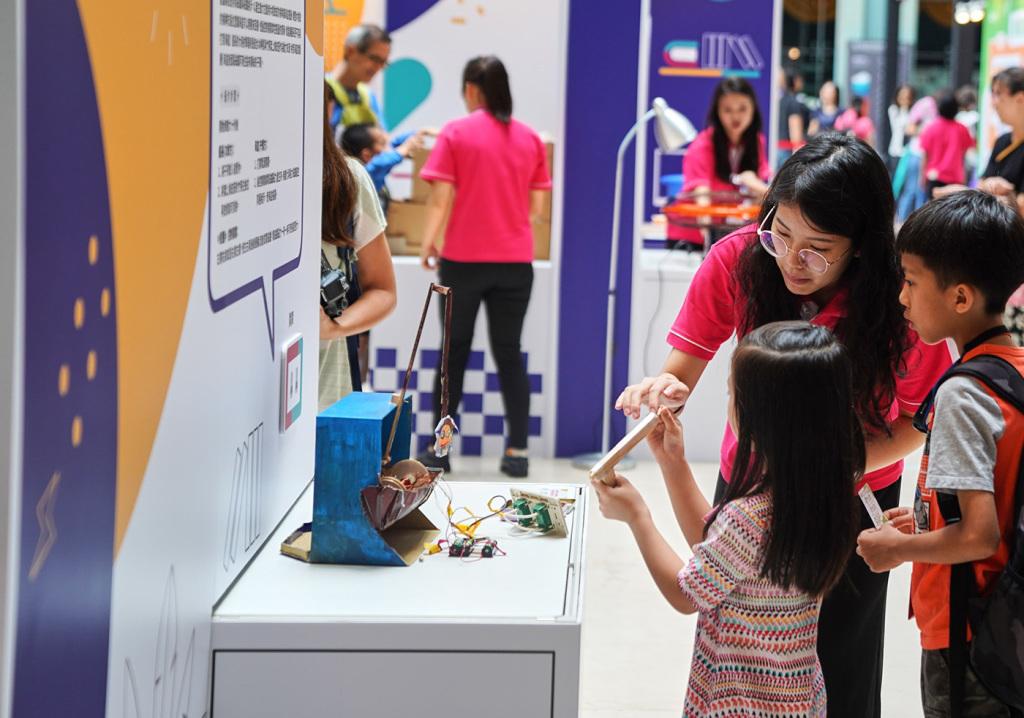 圖6) 索尼創意科學大賞作品展現場集結全台各地孩子的好奇心及對日常物品的觀察力所打造之創意科學玩具,不只能看到參賽者的奇思妙想及創作能量,參觀民眾也能實際體驗這些獨一無二的玩具們!