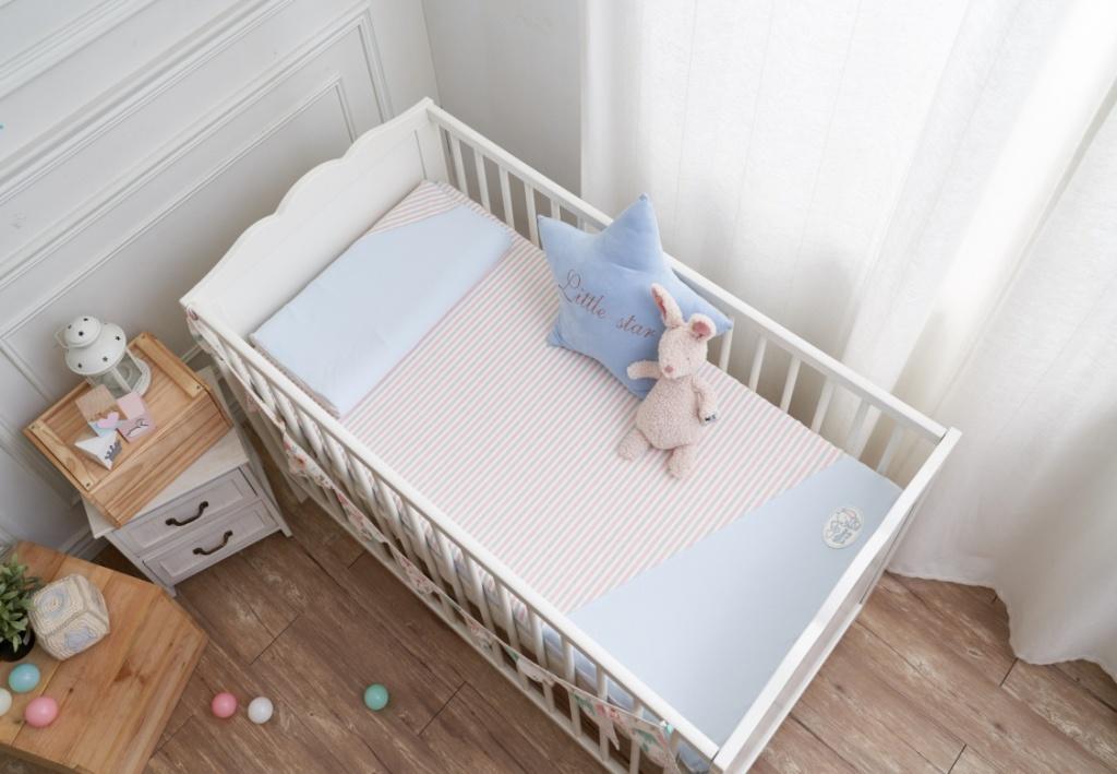 水洗透氣嬰兒床枕,可清水洗滌、高透氣、速乾。水洗透氣嬰兒床墊/60*120*6cm/定價21,780元;水洗透氣嬰兒床墊/70*135*6cm/定價27,280元。