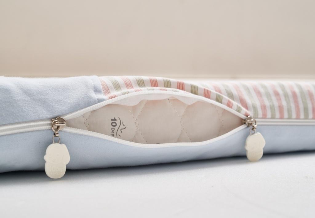 水洗透氣嬰兒床枕,布套可以30度低溫水洗,不可乾洗、漂白、螢光增白、不可烘乾、熨燙、吊掛晾乾;內材可用清水、以按壓方式洗滌,再用大毛巾按壓多餘水分,平放晾乾或自然陰乾。