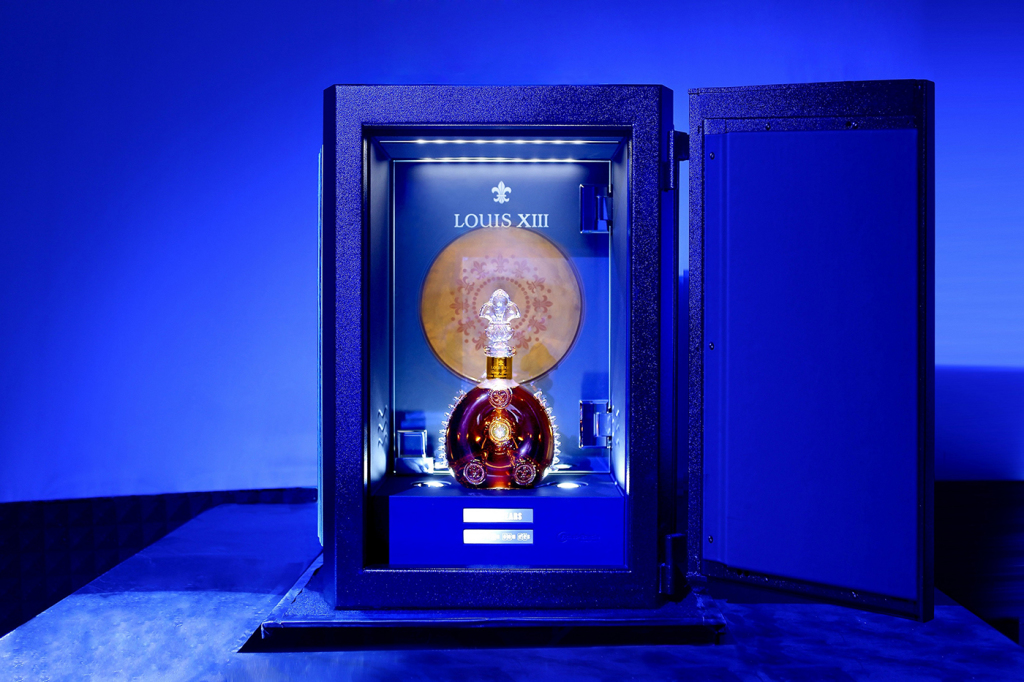 路易十三《100 YEARS》音樂唱片由大香檳區白堊土製成,被存放於特質保險箱內。