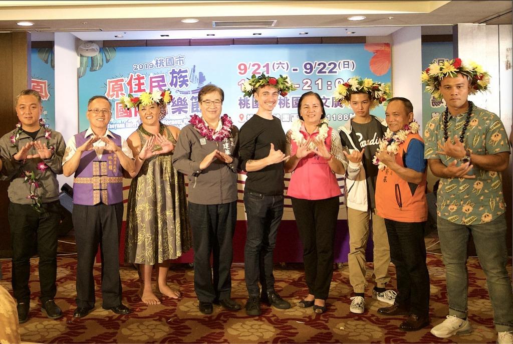 桃園市副市長游建華與夏威夷團隊互戴上花環及花圈