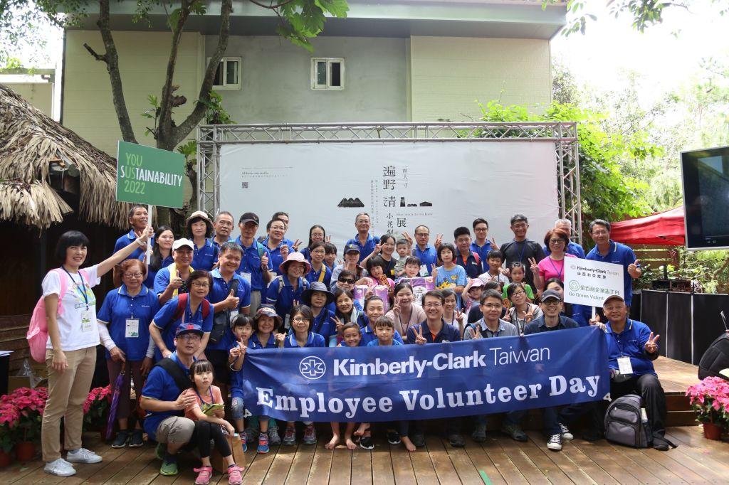 金百利克拉克總裁閔慧琳(前排左5)率領上百位企業志工參與新竹林管處年度除蔓活動,成果豐碩,共移除800公斤小花蔓澤蘭-2