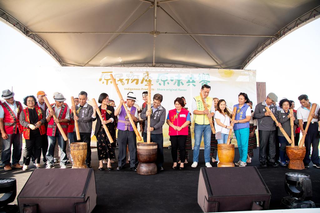 2019桃園農業博覽會「原民物產」專區啟動記者會開幕儀式-搗小米麻糬