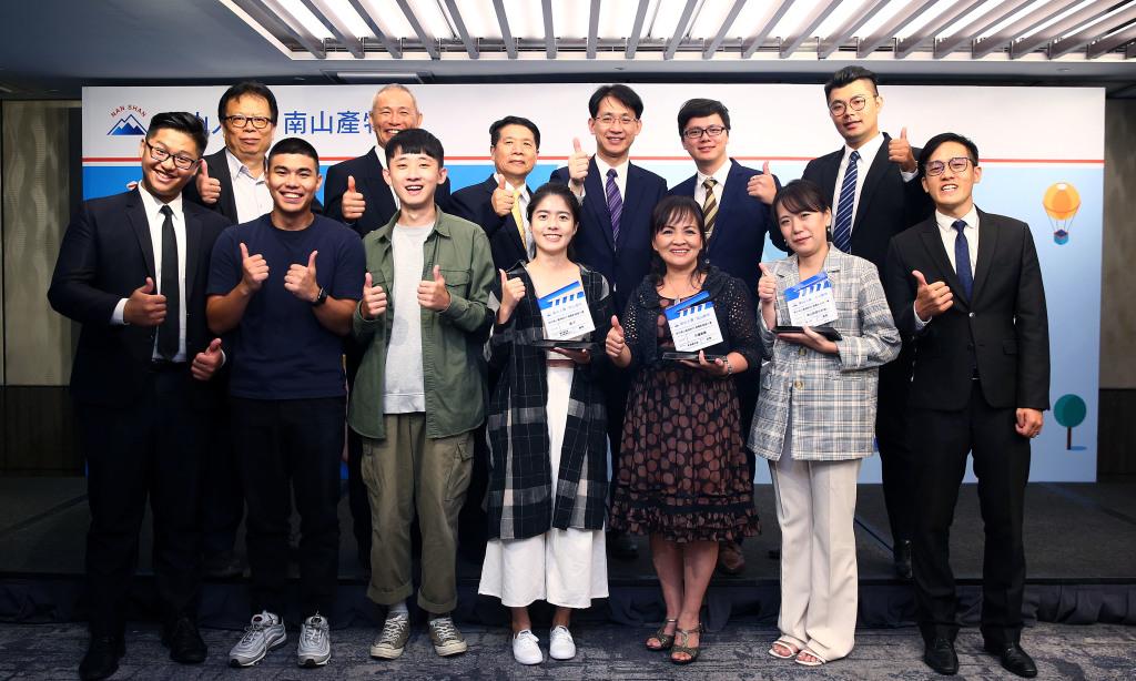 南山產物蔡漢凌總經理(後排右三)頒發「我的南山產物時代微電影徵選大賽」金、銀、銅獎